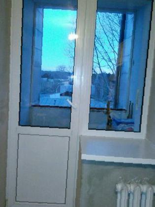 Пластиковая балконная дверь и окно с подоконником стройматер.